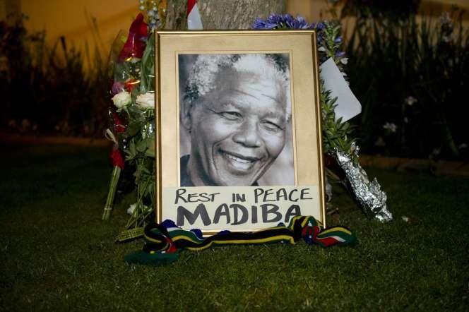 Después de vivir 27 años en prisión, Nelson Mandela se desempeñó como presidente de Sudáfrica y como presidente del Congreso Nacional Africano. Él sigue siendo una de las figuras más prominentes de la política de los siglos XX y XXI y es sinónimo de la lucha por la igualdad. El ganador del Premio Nobel de la Paz murió de una infección respiratoria a los 95 años, el 5 de diciembre de 2013. Nelson Mandela's death (2013) - Foto24/Nelius Rademan/REX