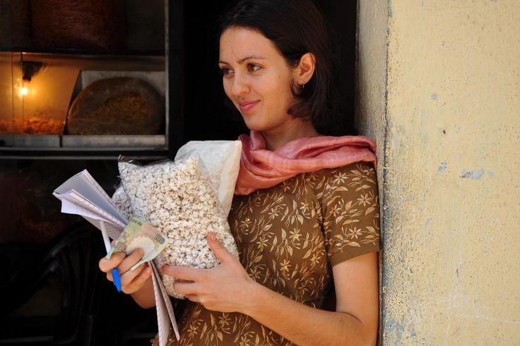 Após receber diagnóstico de esclerose múltipla aos 25 anos, Laura Pires buscou a cura na Índia | Donna