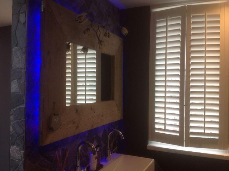 #interieur #bathroom #restyleyourhouse  Led verlichting achter sloophouten zelfgemaakte spiegel. De steeds wisselende kleuren geven een bijzondere sfeer weer en een speels effect in de ruimte.