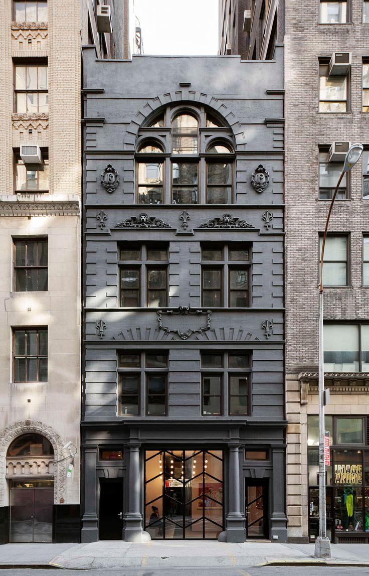 Repeinte en gris fonc la fa ade contraste d sormais avec for Facade immeuble moderne