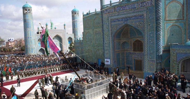 Afegãos celebram nesta terça-feira (20) no santuário de Hazrat Ali, em Cabul, no Afeganistão, o Ano Novo (Noruz), que marca o equinócio de primavera