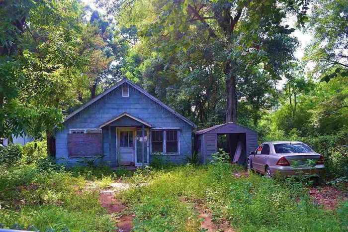4 This Bright 3 Bedroom 1 Bedroom Fixer Upper Is Located Near The Navy Base In Downtown Pensacola At 9 900 This Renting A House Cheap Houses For Sale House