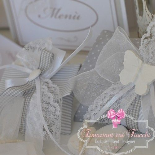 Borsina in cotone a pois nella variante colore grigio/bianco, con decorazione di nastri in cotone a quadretti e gross grain, fiocchi di organza e pizzo, impreziosita con gesso profumato a forma di farfalla, 5 confetti di mandorla http://www.emozionicoifiocchi.com/collezioni/243-bpr021.html #MatrimonioItaliano #Bomboniera #Wedding #OnlineShopping