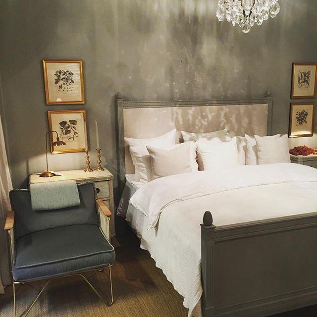 Bedroom #farrowandball #lamproomgray #caravane_paris  #maisondevacances #teixidors #velvet #fåtölj #bed #säng #byrå #vintage #antikt #lightworks #kristallkrona #tavla #kopparstick #pläd #bedlinen