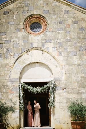 Bridesmaids in Chapel | photography by http://www.leliascarfiotti.com