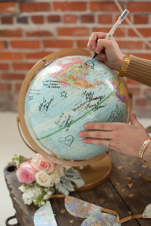 Libros de firmas originales en un globo terraqueo con la firma de los invitados