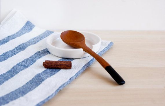 This is a minimalist ceramic spoon rest designed for keep clean the bench of your kitchen while youre cooking. Its simple design allow you to introduce it in different environments or houses styles . You can use this piece like a tea bag, or spoon tea holder.  My big inspiration sources to do my work are the scandinavian design and the Kawaii style. The scandinavian style has a simple and deep lines which I try to contrast with the fun and innocent kawaii style.  This product is always a…