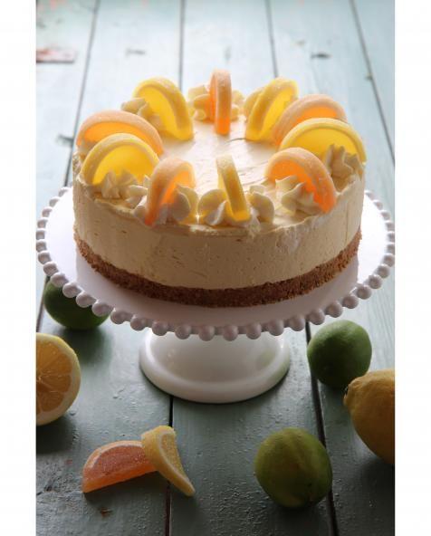 Ihanan raikas appelsiinijuustokakku pitää sisällään myös hitusen valkosuklaan makua.