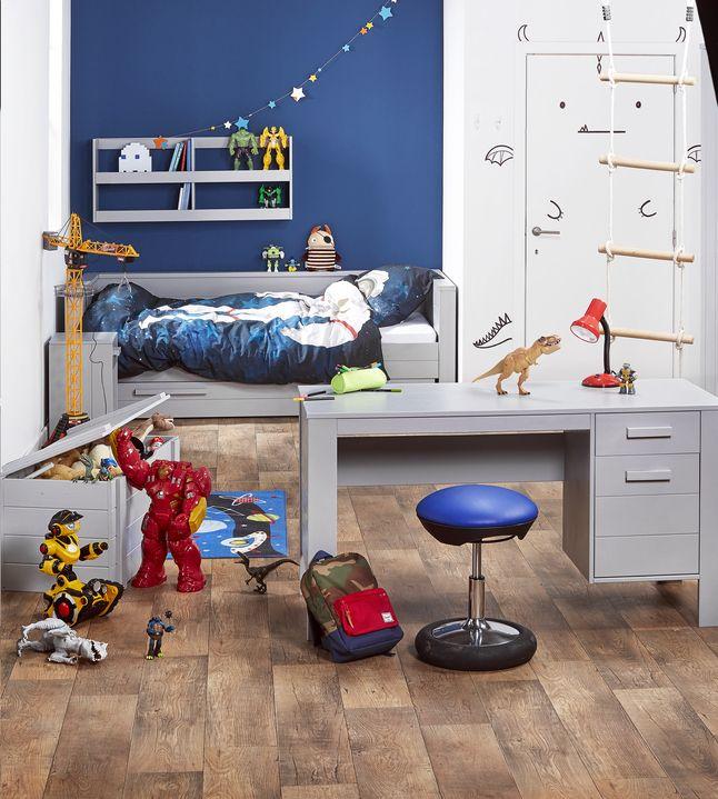 Tijd voor een nieuwe slaapkamer? Deze stoere, 3-delige kinderkamer Dennis is prachtig betongrijs gelakt. #Slaapkamer #Collishop #Bureau #Bed #Kleerkast