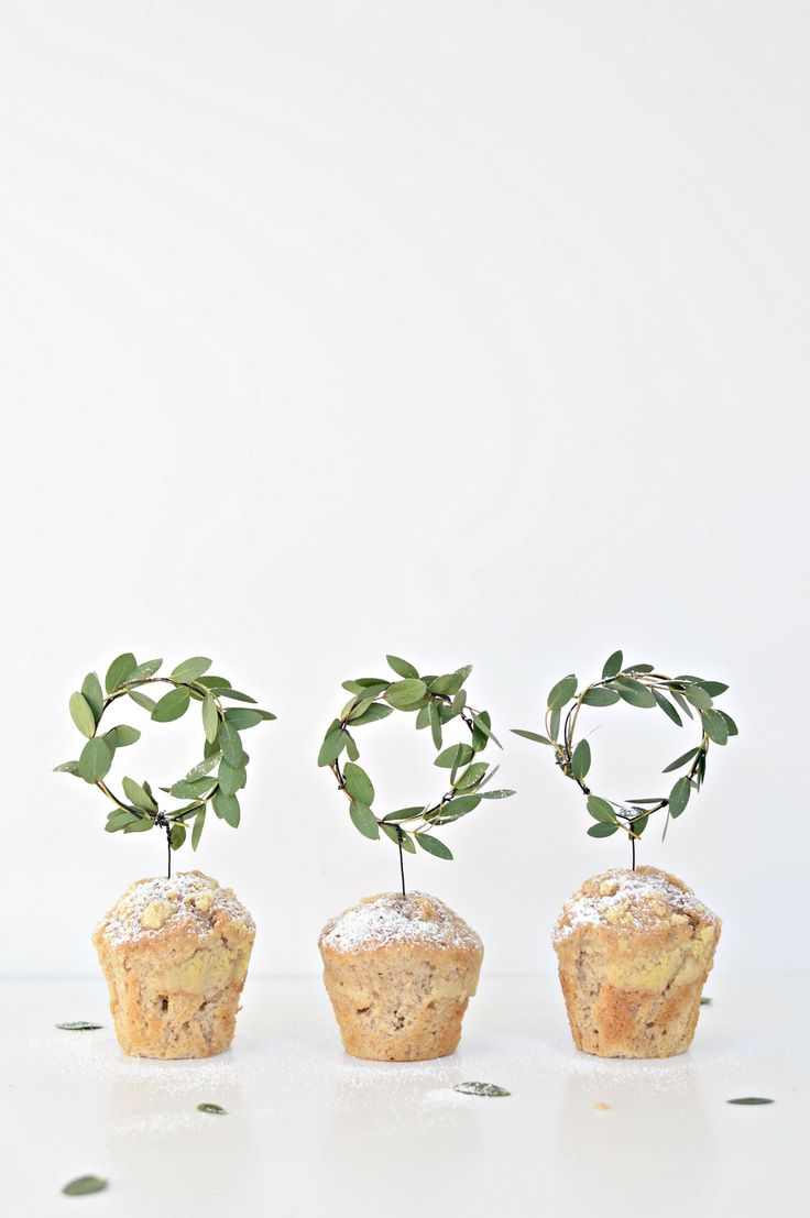 DIY Minimalistische cupcake toppers van mini-kerstkransen / via Your DIY Family