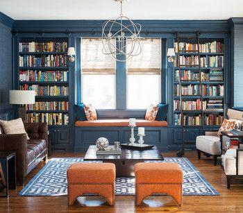 深いブルーの棚が、部屋全体に落ち着きを与えています。窓辺に座って読書もできるように、両脇の本棚の間にも座れるスペースが確保されています。
