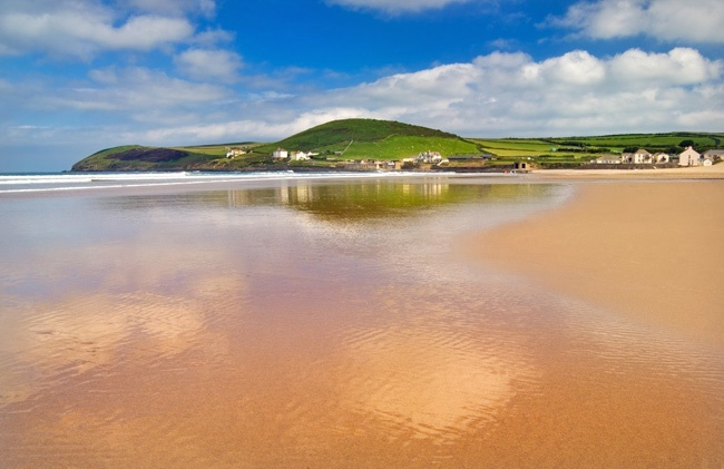 Croyde Beach in North Devon, popular with surfers and with amazing views from the clifftops www.holidaycottages.co.uk/holidays/devon/north-devon/croyde #holidaycottages #bestbeaches