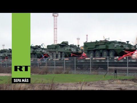 Graban un tren cargado con vehículos militares de EE.UU. en el este de E...