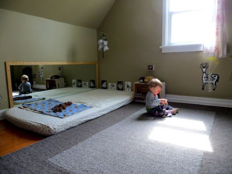 Habitación adaptada según principios montessori.