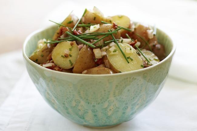 Lun italiensk potetsalat - Potetsalat med god vinaigrette er deilig sommermat og nærmest et måltid i seg selv.