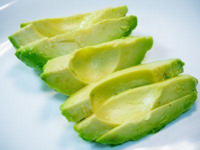 Receta de Cómo reducir el colesterol con aguacate | Nos encanta comer aguacate, pero por lo general desechamos la parte más saludable: la semilla, que además de ayudar a reducir el colesterol, es un gran remedio para la diarrea, tiene un alto contenido de fibra, y es alta en antioxidantes. Te comparto mi secreto para que conozcas cómo reducir el colesterol con aguacate y obtengas todos los beneficios de este delicioso fruto.