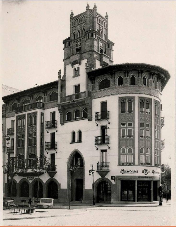 La Foto es el edificio que estaba en el Paseo Sagasta, con la intersección de lo que actualmente es Camino de las Torres pertenece a una serie limitada y es anónima y en la derecha se ve la casa que estaba en la esquina llamada Casa Faci y pertenece a el Archivo Mora (mediados años 20).