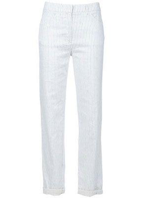дачным выбором для женщин с фигурой Песочные часы являются прямые брюки в тонкую вертикальную полоску.
