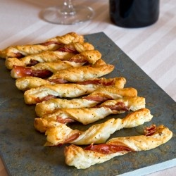 SPIRALS MADE OF PUFF PASTRY AND HAM