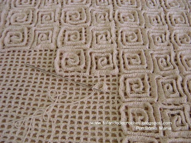 Coolt sätt att göra en matta! Först virka ett nät, sen virka mönster av stolpar på nätet,