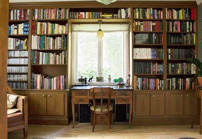 Platsbyggda bokhyllor i biblioteket. Foto: Erika Åberg