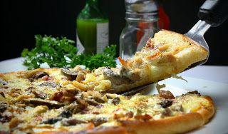 Pizza de espinacas y alcachofas. Para ver esta receta visita nuestro sitio www.azucarleche.blogspot.com  #pizza #espinacas #alcachofa #queso #cocina #delicioso