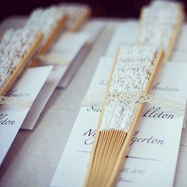 Seating para una boda hecho con abanicos