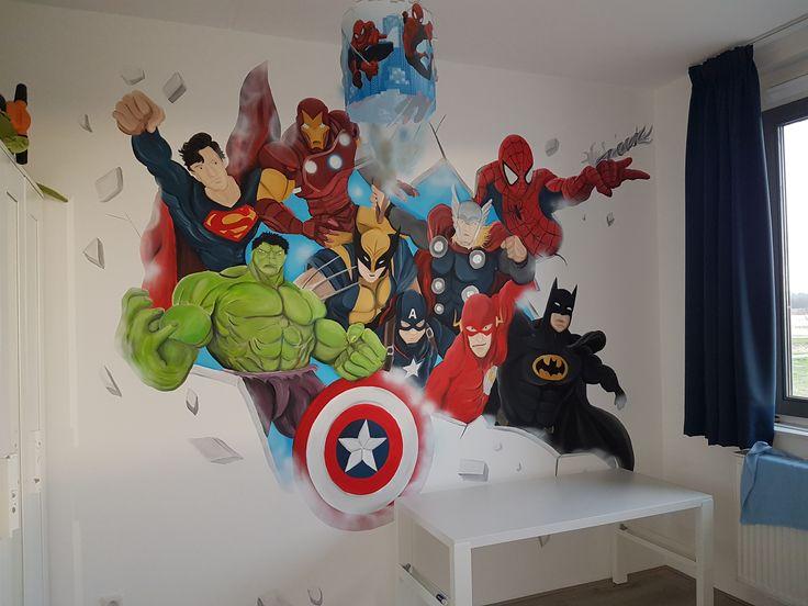 een muurschilderingen van marvel helden zoals Superman, hulk, batman, spiderman, wolverine, flash, ironman en captain america.  2 werelden maar wel supercool