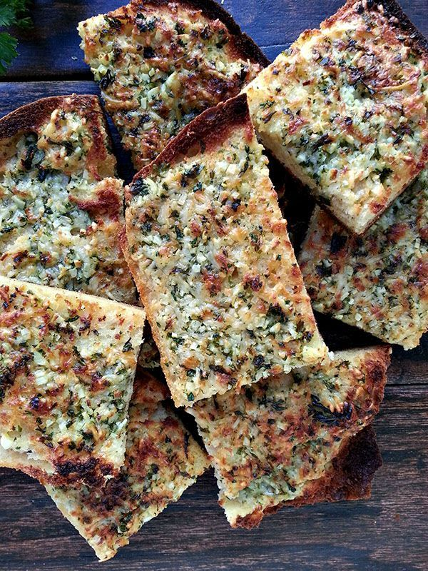 Yes it's possible! Gluten-free garlic bread that tastes like the real thing! #glutenfree #bread