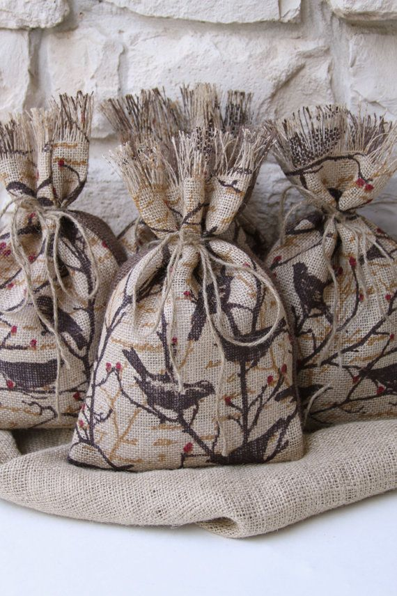 Best 25 burlap gift bags ideas on pinterest bolsas de Burlap bag decorating ideas