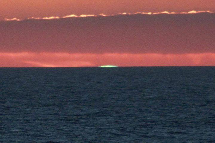 Rayon vert au couché du Soleil.   Le rayon vert est un phénomène optique atmosphérique. Face à l'océan juste avant le coucher du soleil les observateurs attendent de  voir ce fugace rayon vert qui apparaît et disparaît très rapidement au moment où le bord supérieur du disque solaire effleure l'horizon. Cette petite tache lumineuse dure à peine quelques secondes.   Ce phénomène de réfraction se produit que lorsque l'atmosphère est très pure et qu'il y a très peu de particules pouvant créer de…