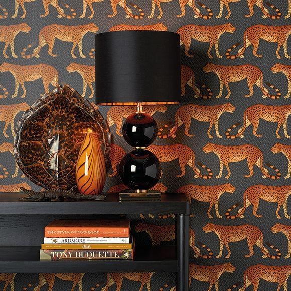 Papier peint Leopard Walk orange et marron de la collection The Ardmore Collection de Cole and Son. Des léopards marchent formant des lignes très stylisée. Ce papier peint apportera une touche unique à votre intérieur.