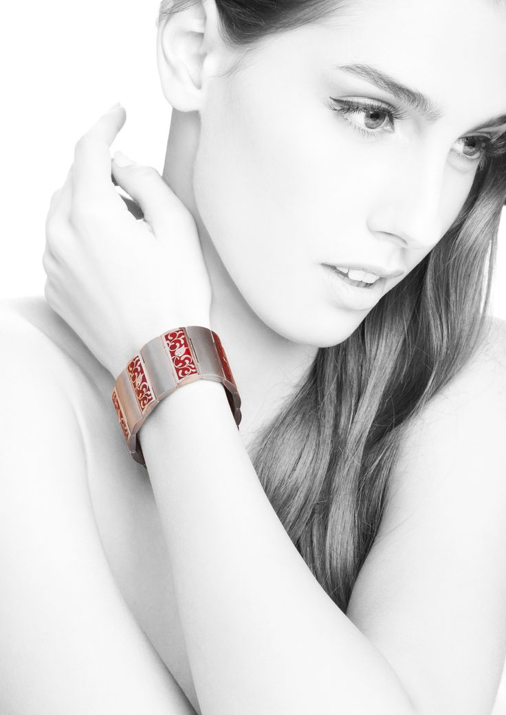 This beautiful bracelet is available in our stock! The perfect gift for Christmas!!