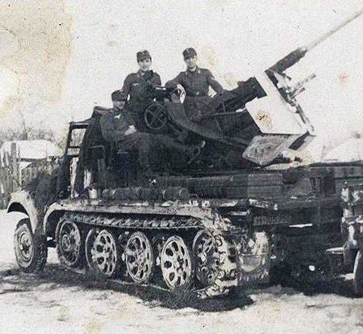 """Il a existé, également, une variante Sd.Kfz.6/2 pour laquelle, la caisse passagers a été supprimée au profit d'une plate-forme avec panneaux rabattables pour l'utilisation d'un canon de 3,7cm Flak 36/37.   Deux photos de l'engin... sur des caisses du type BN 9 ou 9b, construites à partir de 1939. il n'y a pas eu de variante BN 10 mais il a existé une variante BN 11, inidentifiable extèrieurement car elle concerne un """"upgradage"""" de moteur, avec l'installation du maybach HL61 dévellopant 130…"""