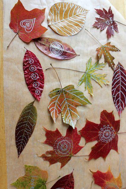Peinture et écriture sur feuilles d'automne
