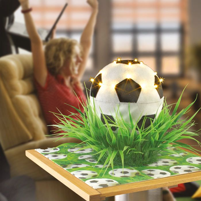 """Fußball-Lampe basteln (Idee mit Anleitung – Klick auf """"Besuchen""""!) -  - Wer hat schon eine Fußball-Lampe? Dabei lässt sie sich ganz leicht selber machen. Ideal als Geschenk für Fußballbegeisterte oder als passende Deko zur nächsten Fußballparty!"""