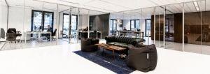 Huiselijk interieur in een kantoorruimte De recoulered tapijten, vintage fauteuils en chesterfield banken in combinatie met moderne zitzakken en strakke kasten zorgen voor een huiselijke en warme sfeer in het kantoor.