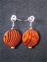 En stor enkel pärla igen i ett härligt tiger mönster.     Färgen och mönstret står verkligen ut och örhängena blir iögonfallande trotts sin enkelhet.