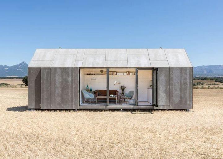 Το Ισπανικό αρχιτεκτονικό στούντιο Ábaton έχει αναπτύξει ένα μικρό σπίτι που μπορεί να μεταφερθεί με την βοήθεια ενός φορτηγού και να τοποθετηθεί σχεδόν οπουδήποτε.  #kypriotis #kipriotis #plakakia #anakainisi #athens #ellada #greece #hellas #banio #dapedo