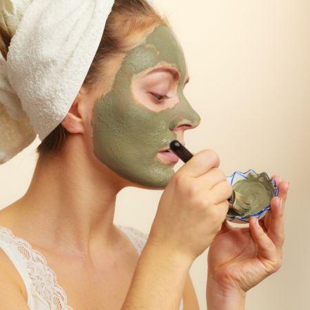 Argila verde para o rosto: aprenda o passo a passo para cuidar da pele com o produto natural e barato em 2020 | Argila verde, Rosto, Argila verde no rosto