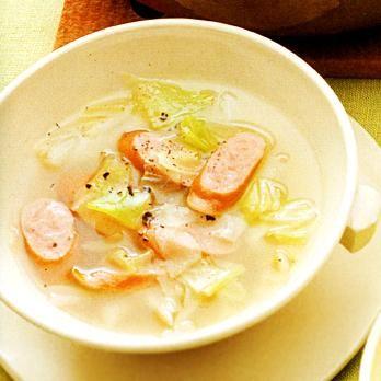 ソーセージがいい味出しになり、ボリューム感もアップ「キャベツのコンソメスープ」のレシピです。プロの料理家・脇雅世さんによる、ウインナソーセージ、キャベツなどを使った、76Kcalの料理レシピです。