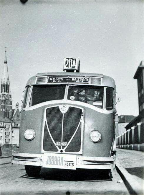 1941. A 20/A-as busz a Szt. Domonkos (Cházár András) utcai Récsei garázsnál.