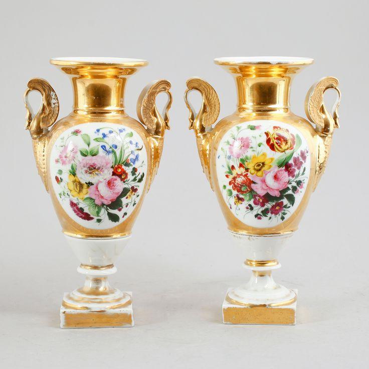 VASER 1 par, porslin, 1800-talets första hälft.  Balusterformade. Målad dekor av blommor mot förgylld botten. Höjd 28 cm.