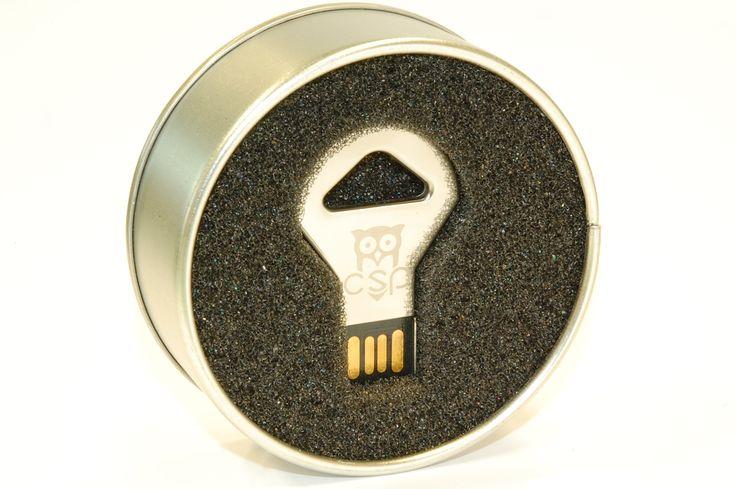 La presentación de los regalos corporativos es decisiva para causar buena impresión en los clientes. ¿Que te parece este packaging metálico? - USBModels