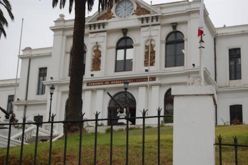 Vista de la entrada principal al edificio Almirante Luis Uribe Orrego que alberga reparticiones de la Armada, incluido el Museo Marítimo Nacional. Este edificio fue declarado Monumento Nacional en el año 2012.