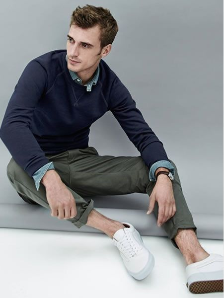 紺トレーナー×デニムシャツ×カーキパンツ
