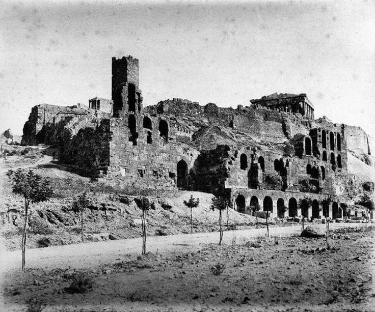 παλιά Αθήνα-Αθήνα–Ωδείο Ηρώδη του Αττικού-Το 1861 η τέχνη της φωτογραφίας μετρούσε ήδη 35 χρόνια ζωής αλλά τεχνολογικά ήταν ακόμα στα σπάργανα. Εκείνη τη χρονιά ο Γερμανός φωτογράφος Jakob August Lorent, στάλθηκε από το Μεγάλο Δουκάτο του Μπάντεν (σημερινή νοτιοδυτική Γερμανία) στην Αθήνα, ώστε να αποτυπώσει στη φωτογραφική πλάκα τα μνημεία της.