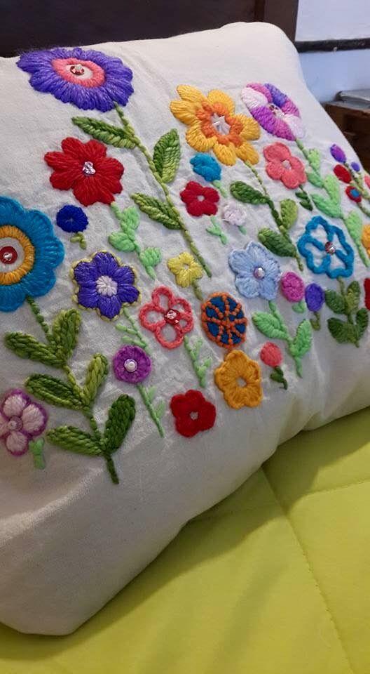 Colorido almohadón bordado.