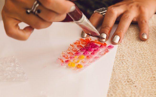 Pincele a superfície das bolhas de ar com diferentes cores de tinta guache, misturado mesmo (Edu Cesar)