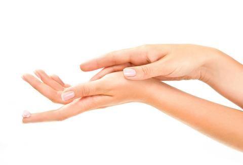 Was Hände verraten Sie können Gefühle ausdrücken, den Charakter beschreiben, zärtlich streicheln und kräftig zupacken. Und oft sagen sie uns sogar, ob sie spezielle Pflege brauchen. Hier steht, wie Sie liebevoll mit Ihren Händen umgehen und sie fit und schön machen